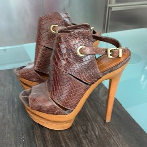 Jessica Simpson heels with flat form which is very easy to walk and very stable.